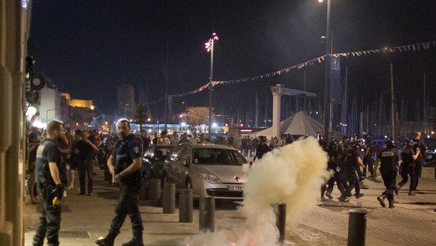 Tränengas gegen randalierende England-Fans (Bild: AP)