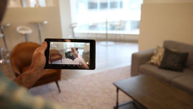 Mit der Tiefenkamera kann man beispielsweise virtuelle Möbel in einem echten Raum platzieren. (Bild: Lenovo)