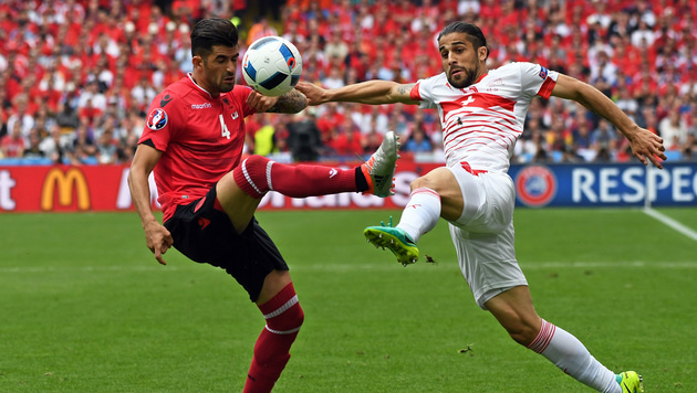 Zweikampf zwischen Elseid Hysaj (Alb) und Ricardo Rodriguez (SUI) (Bild: AP)