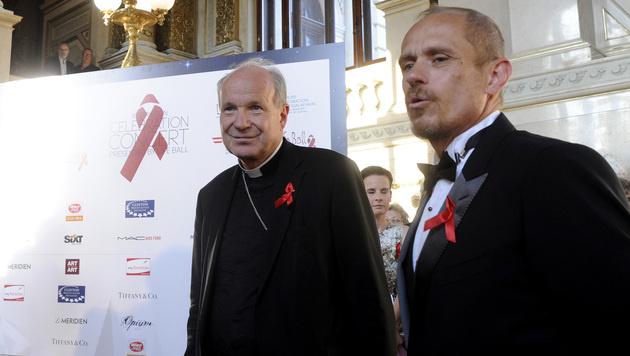 Kardinal Christoph Schönborn (li.) und Life-Ball-Organisator Gery Keszler (Bild: APA/HERBERT PFARRHOFER)