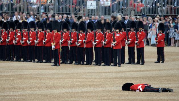 Ein Soldat wurde bei der Zeremonie zum 90. Geburtstag der Queen ohnmächtig. (Bild: AFP/OLI SCARFF)
