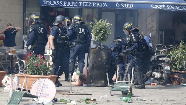 Polizei nahm seit EM-Start 1.000 Menschen fest (Bild: AP)
