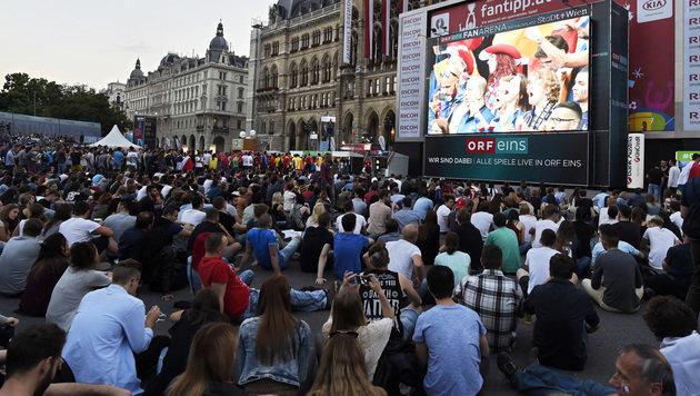 """""""Public Viewing""""-Aufwärmen beim Eröffnungsspiel (Bild: APA/HANS PUNZ)"""