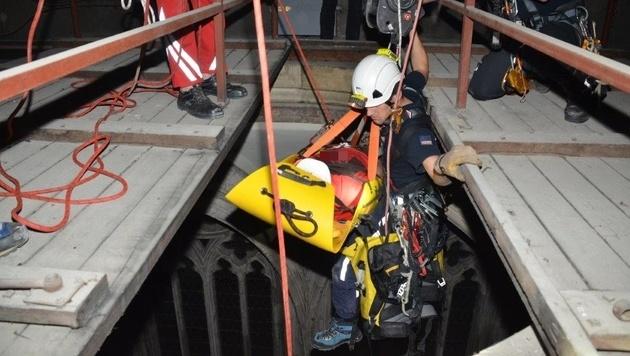 70 Meter tief wurde der Kollabierte abgeseilt. (Bild: APA/MA 68  LICHTBILDSTELLE)