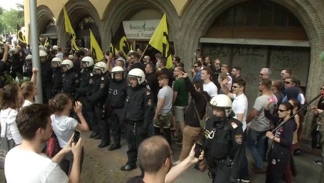 Identitären-Demo: Zusammenstöße zwischen Rechten und Linken in Wien (Bild: krone.tv)