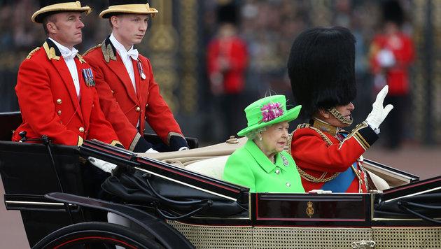 """Trooping the Colour"": Queen feierte 90er pompös (Bild: AFP/JUSTIN TALLIS)"