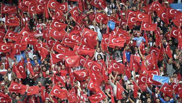 Türkische Fans legten Linzer Innenstadt lahm (Bild: AP)