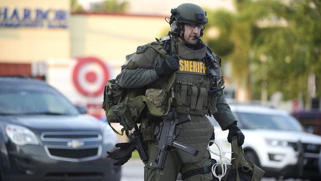 Ein Beamter einer SWAT-Einheit trifft am Ort des Terroraktes ein. (Bild: Associated Press)