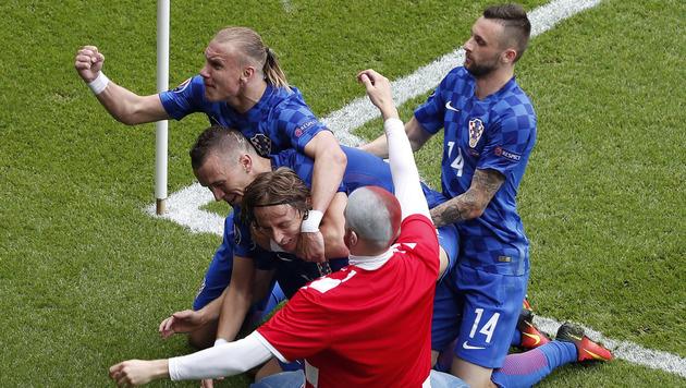 Fan am Rasen: UEFA-Verfahren gegen Kroatien (Bild: AP)