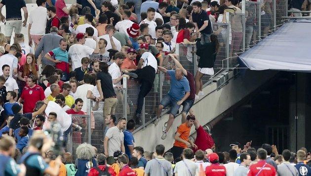 Randale vor und im Stadion - Fan in Lebensgefahr! (Bild: AP)