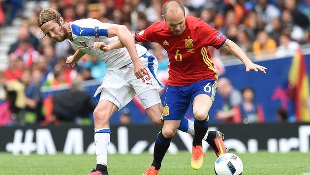 Zweikampf zwischen Iniesta und Plasil (Bild: AFP)