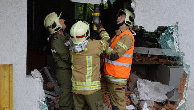 Der Klein-Lkw hinterließ eine großes Loch in der Fassade. (Bild: ZOOM.TIROL)
