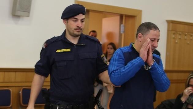 Der Täter vor der Urteilsverkündung (Bild: Gerhard Bartel)