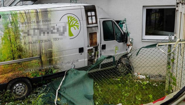 Der Kastenwagen krachte bei Zirl ins Firmengebäude der Strabag. (Bild: zeitungsfoto.at/Liebl Daniel)