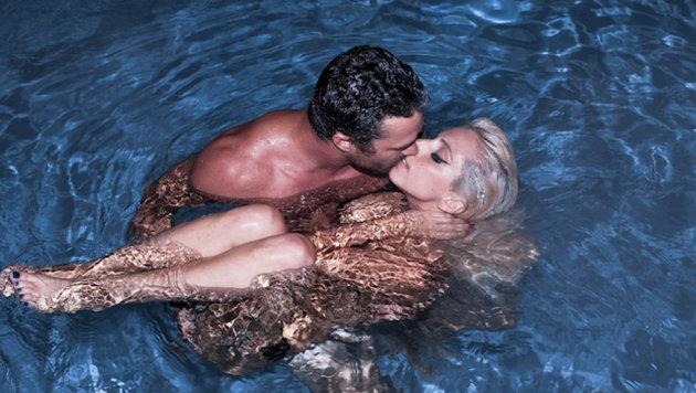 Lady Gaga mit ihrem Ex-Verlobten Taylor Kinney nackt im Pool (Bild: Viennareport)