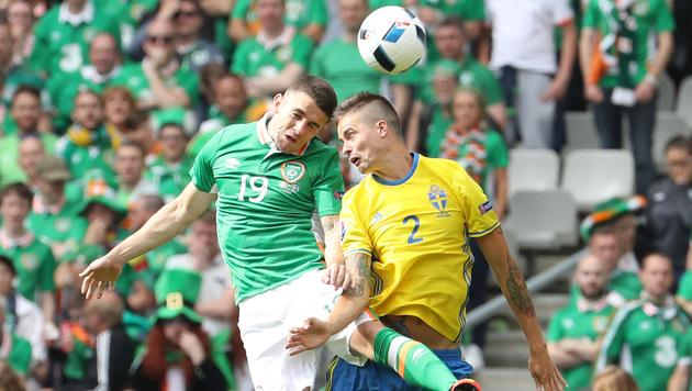 Kopfballduell zwischen Robert Brady und Mikael Lustig (Bild: AFP or Licensors)
