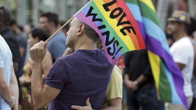 """""""Liebe siegt"""": Tausende Trauern um Orlando-Opfer (Bild: Associated Press)"""