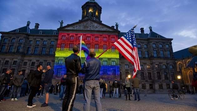 Der Königspalast in Amsterdam wurde in Regenbogenfarben beleuchtet. (Bild: APA/AFP/EVERT ELZINGA)