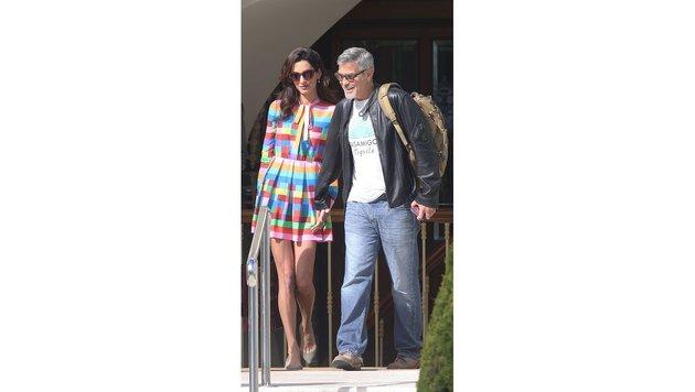 George Clooney mit seiner Amal in Cannes. Sie trägt ein kurzes Regenbogen-Kleid. (Bild: Viennareport)