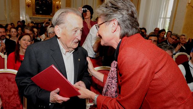 Friedrich Zawrel erhielt 2013 das Goldene Ehrenzeichen für Verdienste um die Republik Österreich. (Bild: APA/HERBERT PFARRHOFER)
