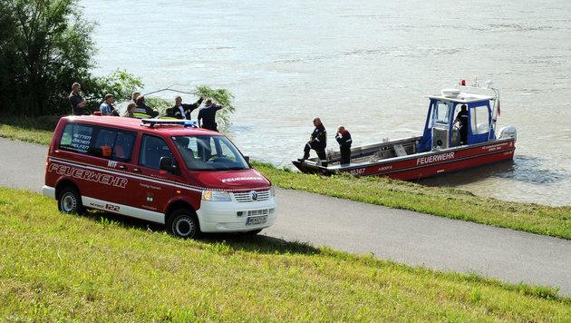 Die Feuerwehr schaffte es, den Traktor aus dem Wasser zu bergen. (Bild: Franz Crepaz)