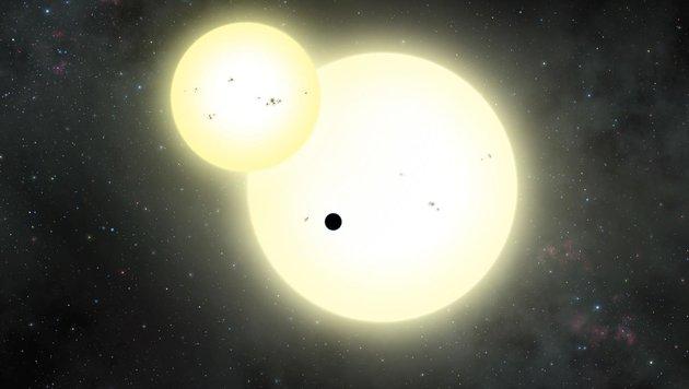 Künstlerische Illustration: Kepler-1647b (schwarz) und seine beiden Sonnen (Bild: Lynette Cook)
