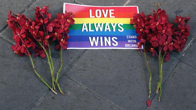 """""""Liebe siegt"""": Tausende Trauern um Orlando-Opfer (Bild: AP)"""