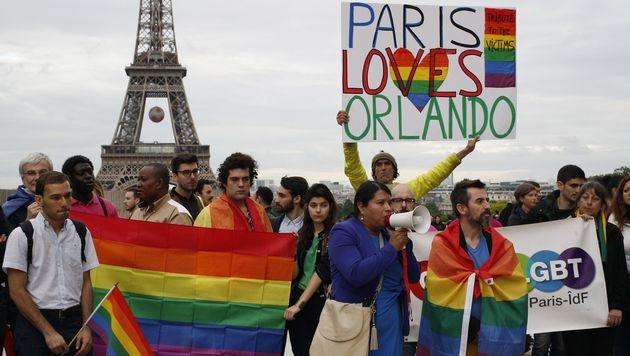 """""""Liebe siegt"""": Tausende Trauern um Orlando-Opfer (Bild: APA/AFP/MATTHIEU ALEXANDRE)"""