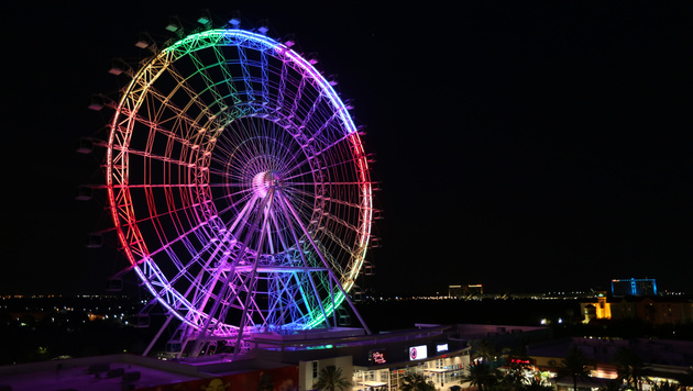 "Das ""Orlando Eye"", in Regenbogenfarben beleuchtet. (Bild: Associated Press)"