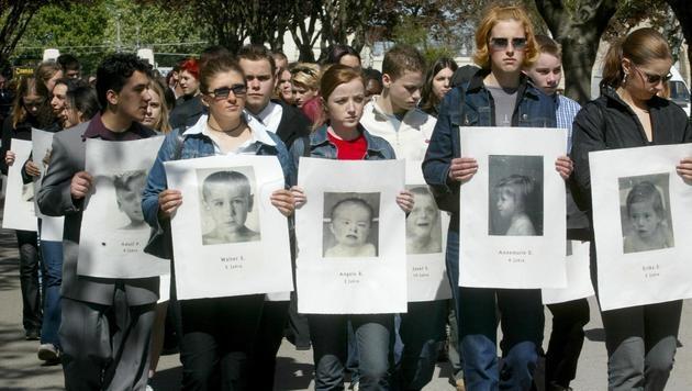 Erst 2002 wurden die sterblichen Überreste der Spiegelgrund-Opfer am Zentralfriedhof bestattet. (Bild: APA/HERBERT PFARRHOFER)