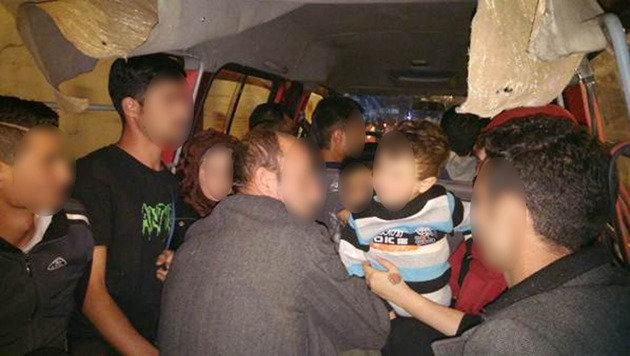 Die drei Kleinkinder wurden zusammen mit Erwachsenen in den Kastenwagen gepfercht. (Bild: Polizei)