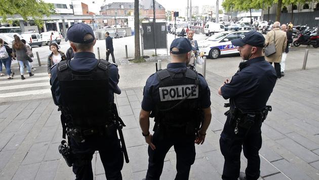 Polizisten in Lille (Bild: AP)