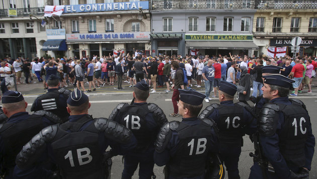 Britische Polizei fahndet nach Hooligans (Bild: AP)