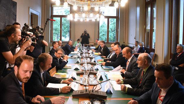 Der Runde Tisch zur Briefwahl-Reform im Parlament (Bild: APA/Helmut Fohringer)