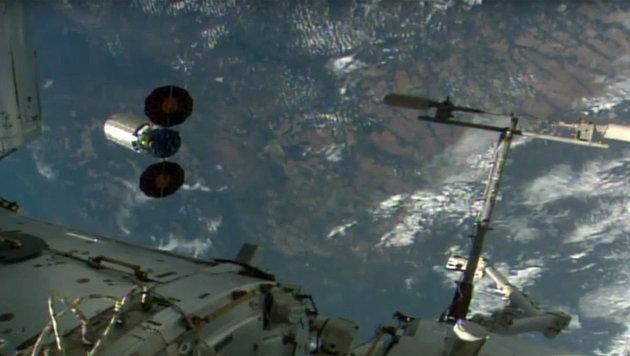 """Privater Raumfrachter """"Cygnus"""" von ISS abgedockt (Bild: NASA TV)"""