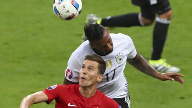 Arkadiusz Milik im Duell mit Jerome Boateng (Bild: AP)