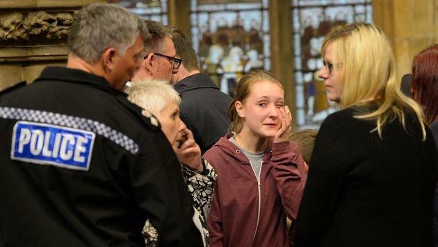 Tränenreiche Mahnwache in der Saint Peter's Church von Birstall (Bild: APA/AFP/OLI SCARFF)