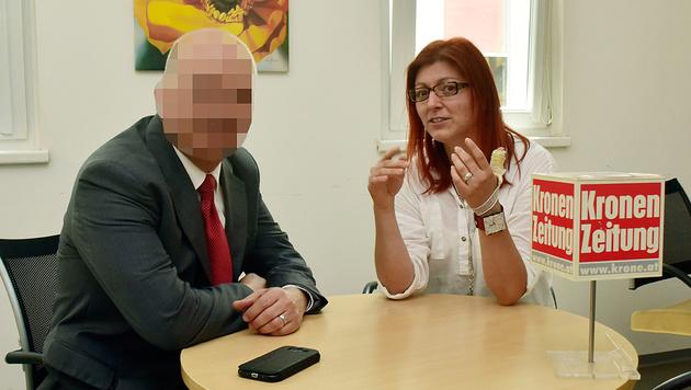 """Herr A. mit der Dolmetscherin in der """"Steirerkrone""""-Redaktion (Bild: Ricardo)"""