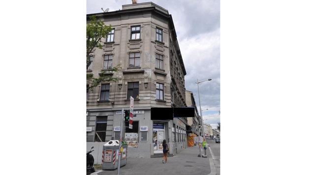 Vom Dach dieses Hauses wurde der Stein auf die Demonstration geworfen. (Bild: LPD Wien)