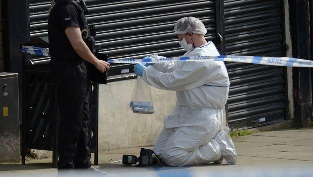 Spurensicherung am Tatort (Bild: APA/AFP/OLI SCARFF)