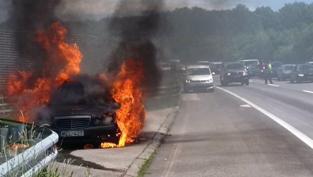 Das Auto stand in Vollbrand (Bild: Kronen Zeitung/Reitbauer)