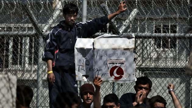 Flüchtlinge im Schubhaftzentrum auf Lesbos (Bild: APA/AFP/ARIS MESSINIS)