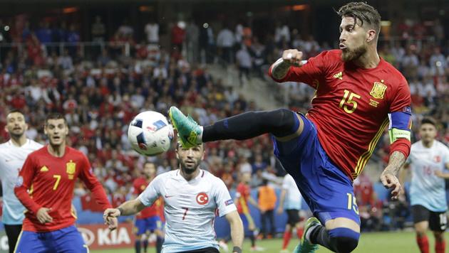 Spanien spaziert im Schongang zu 3:0 über Türkei! (Bild: AP)
