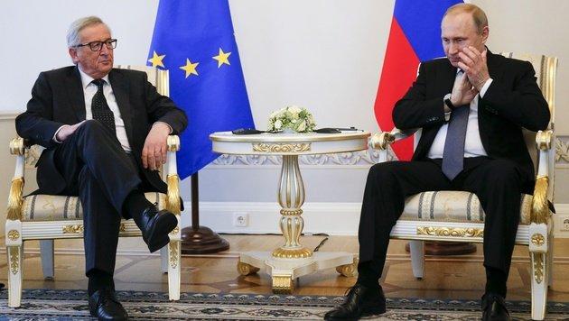 Juncker und Putin während ihres Treffens in St. Petersburg (Bild: ASSOCIATED PRESS)