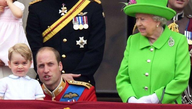 """Queen Elizabeth passt gar nicht, dass William am Balkon des Buckingham-Palastes hockt: """"Steh auf!"""" (Bild: Viennareport)"""