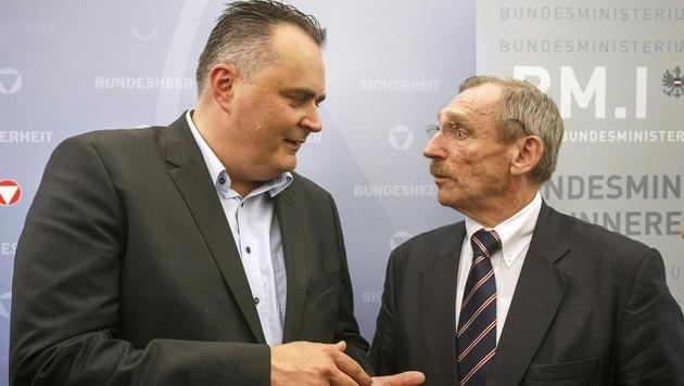 Verteidigungsminister Doskozil mit dem ungarischen Innenminister Pinter am Rande des Treffens (Bild: APA/ERWIN SCHERIAU)
