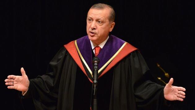 Präsident Erdogan hat bereits mehrere Ehrendiplome erhalten, sein eigenes soll eine Fälschung sein. (Bild: APA/AFP/YOSHIKAZU TSUNO)