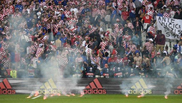 Pyro-Skandal! Kroatische Fans rasten komplett aus (Bild: APA/AFP/PHILIPPE DESMAZES)