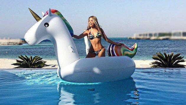 Silvie Meis auf einem schwimmenden Einhorn (Bild: facebook.com/SilvieMeis)