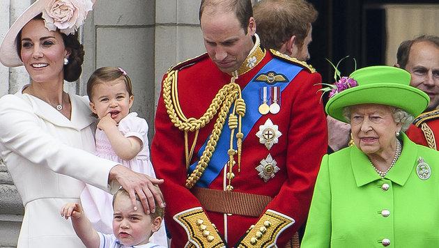 Prinz William schaut beschämt, nachdem die Queen ihn gescholten hat. (Bild: www.viennareport.at)